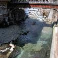 温泉街の川