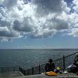 海を眺める男達