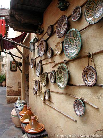 壁に飾られた皿