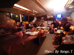 2005.09.01(20:38) 夕食中(西オーストラリア エクスマウス ボート内)